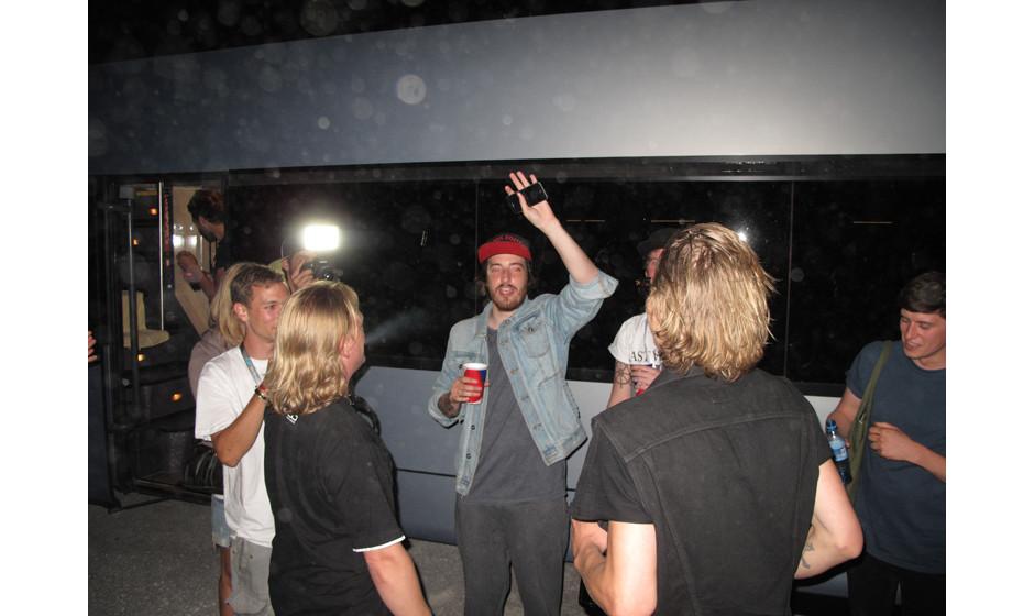 Casper vor dem Tourbus - die Beatseaks hatten zu einer gemeinsamen After-Show-Party geladen