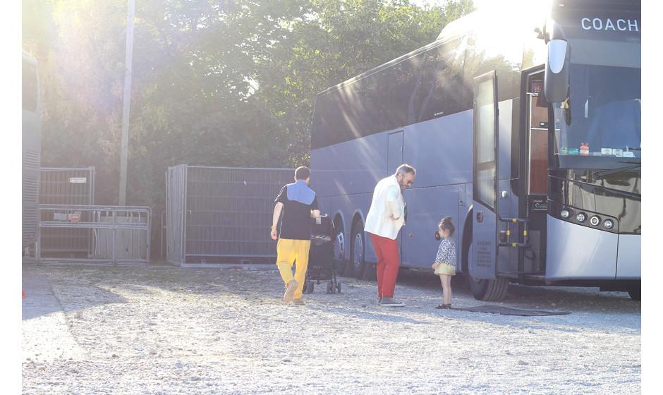 Familie Hot Chip am Tourbus