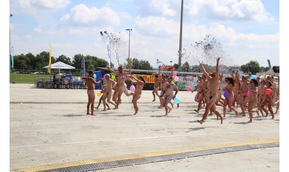 Da sind sie wieder! Unser Fotograf organisiert auf zahlreichen Festivals seine Nackt-Happenings 'Naked Heart'...