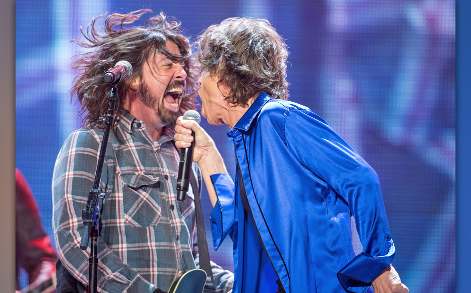 ANAHEIM, CA - MAY 18:  Dave Grohl (L) performs as a special guest with Mick Jagger of the Rolling Stones at Honda Center on M