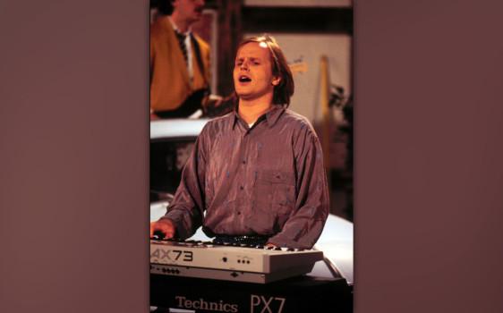 """Herbert Grönemeyer: Geboren 12.4.1956 in Göttingen. Wichtigste Alben: """"4630 Bochum"""" (1984), """"Bleibt alles anders"""" (1998), """"Mensch"""" (2002) Größter Hit: """"Männer"""" (1984) Gut zu wissen: Seit 1999 betreibt Herbert Grönemeyer ein eigenes Label, Grönland Records, bei dem unter anderem das Frauenduo Boy und der Liedermacher Philipp Poisel unter Vertrag stehen."""