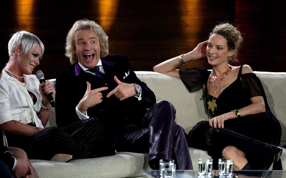 BERLIN - NOVEMBER 08:  (L-R) Singer P!nk, TV host Thomas Gottschalk and actress Uma Thurman talk during the 177th 'Wetten das