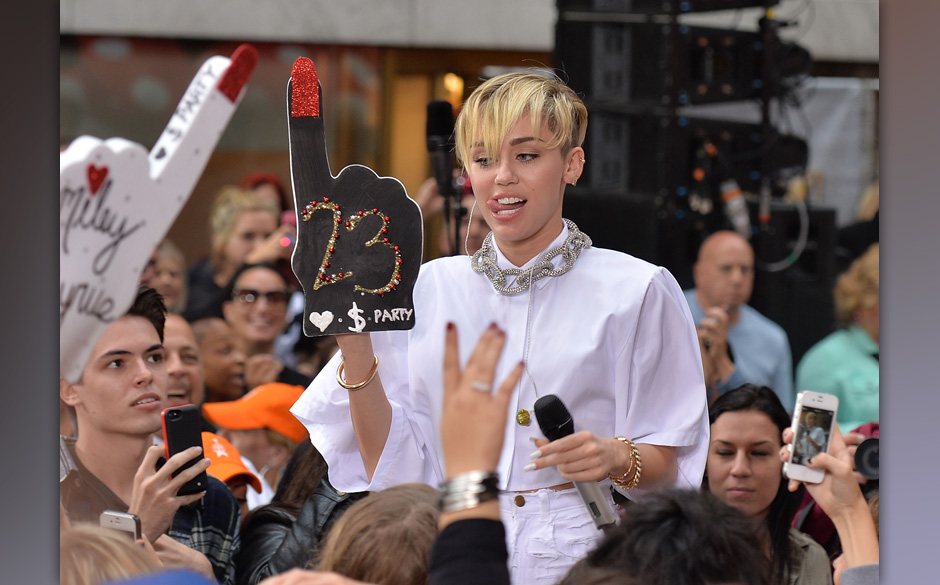 NEW YORK, NY - OCTOBER 07:  Singer Miley Cyrus performs on NBC's 'Today' at Rockefeller Plaza on October 7, 2013 in New York