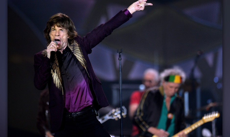 DUESSELDORF, GERMANY - JUNE 19:  (L-R) Mick Jagger and Keith Richards of the british rock band The Rolling Stones perform at