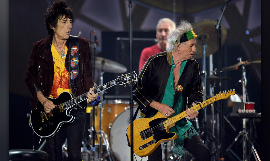 DUESSELDORF, GERMANY - JUNE 19:  (L-R) Ron Wood and Keith Richards of the british rock band The Rolling Stones perform at Esp