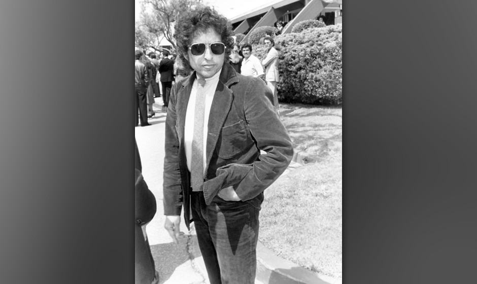(EXCLUSIVE, Premium Rates Apply) LOS ANGELES - JANUARY 01, 1982: Bob Dylan at Neil Bogart's funeral circa 1982 in Los Angeles