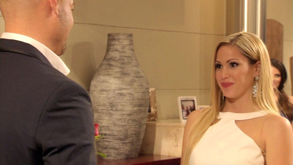 Angelina erhält von Bachelor Christian die ersehnte Rose.