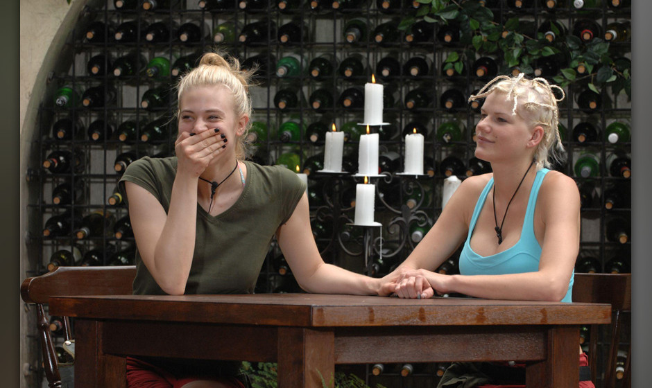 Tag 5 - Dschungelpr¸fung 5 'Dschungel-Weinprobe'; Larissa Marolt (l.) und Melanie M¸ller d¸rfen gemeinsam zur f¸nften Dsc