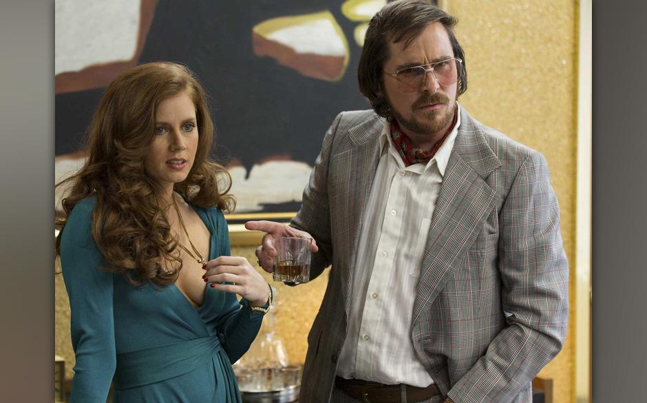 6. American Hustle (2013). Ein Trickbetrüger mit dem Namen Irving Rosenfeld kratzt zwar arg an Klischees, auch setzt Bale er