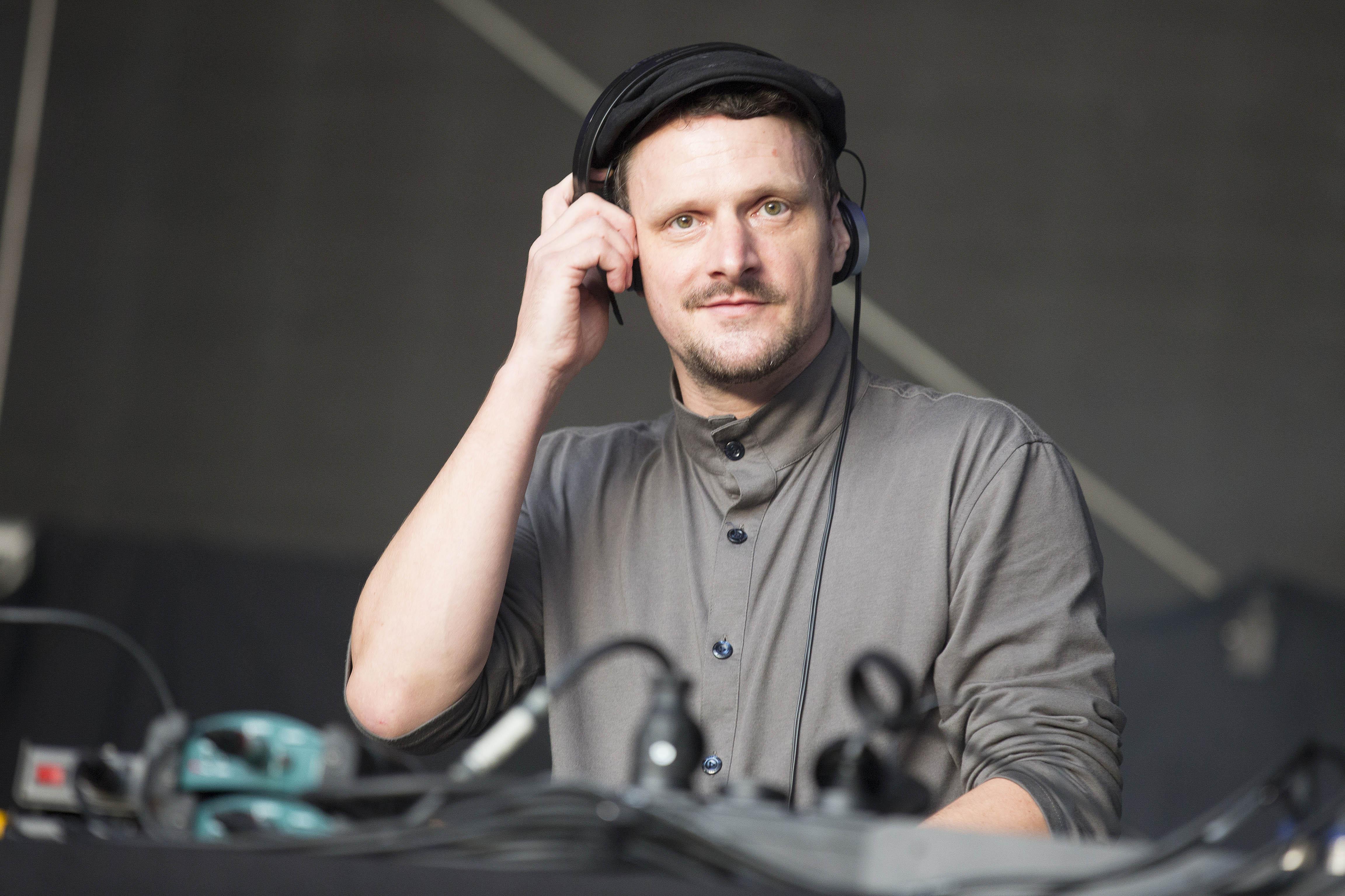 DJ Koze, buergerlich Stefan Kozalla - der deutsche DJ, Musiker und Labelbetreiber bei einem Auftritt auf dem MS Dockville Fes