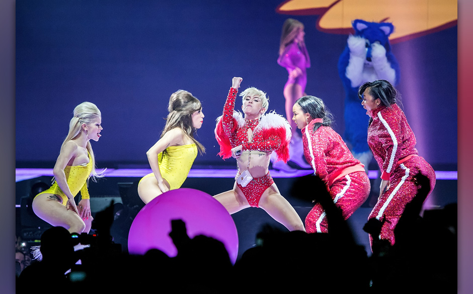 TACOMA, WA - FEBRUARY 16:  Miley Cyrus performs live at Tacoma Dome on February 16, 2014 in Tacoma, Washington.  (Photo by Su
