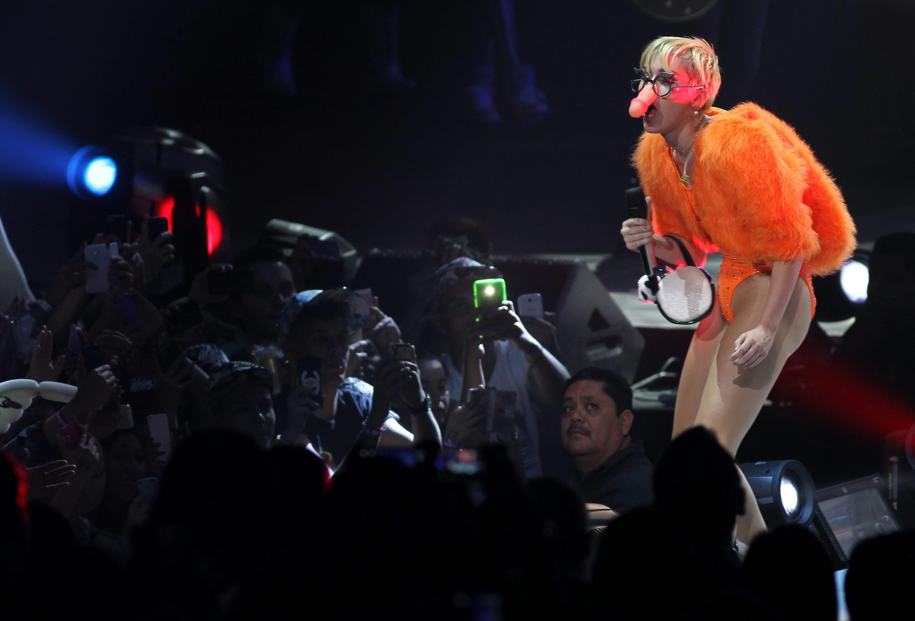 US singer Miley Cyrus performs during a concert in Guadalajara (Mexico) 21 September 2014. EFE/Ulises Ruiz Basurto