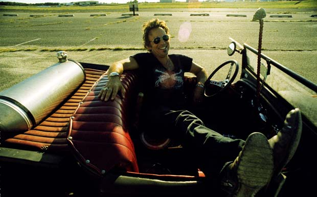 Bruce Springsteen entsapnnt im Cabrio bei 'Working On A Dream' (2009)