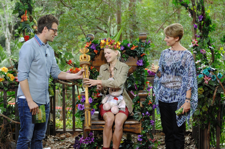 Tag 16 - Sonja Zietlow und Daniel Hartwich krönen Melanie Müller zur neuen Dschungelkönigin.