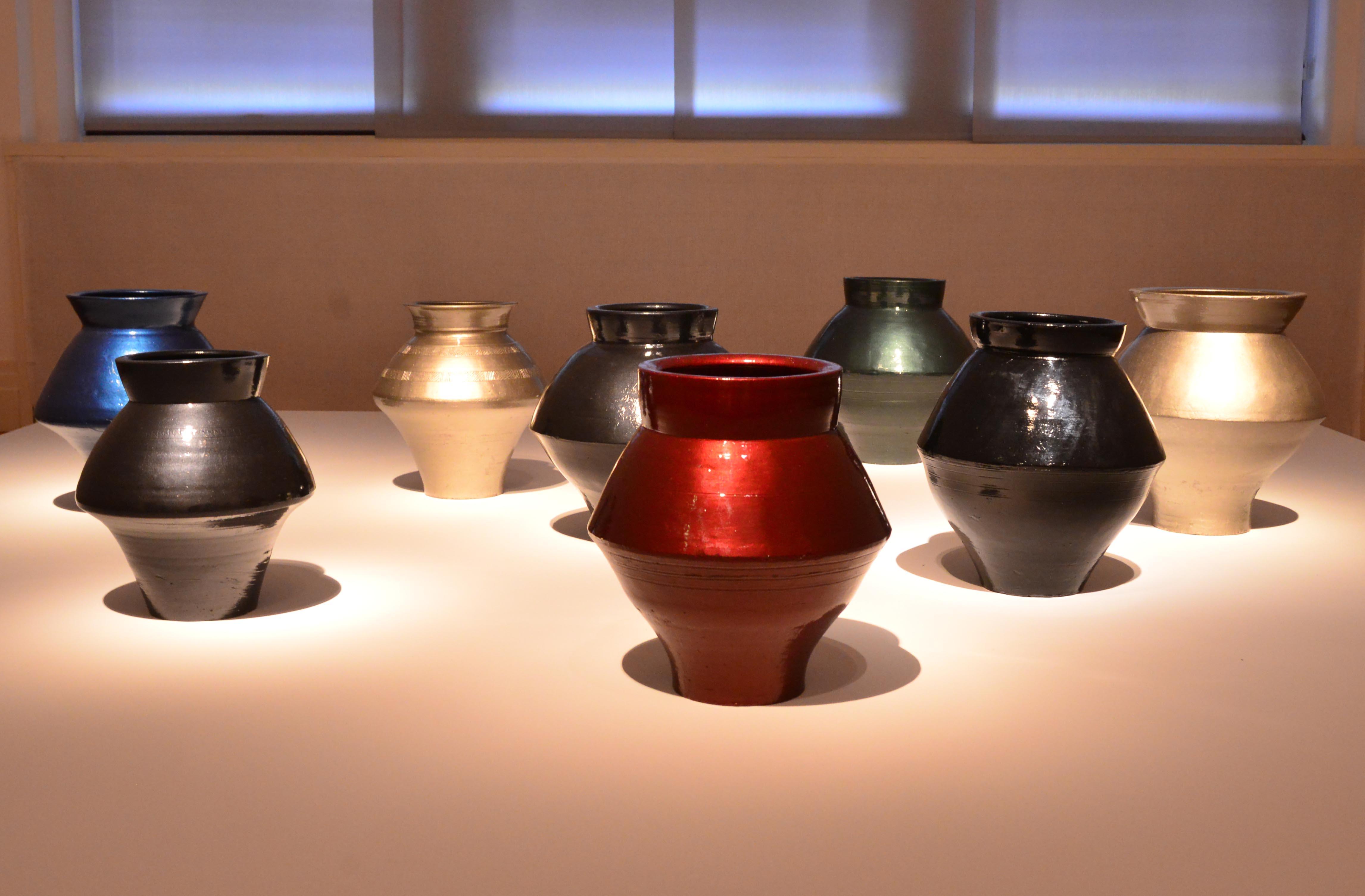 Han-Dynastie-Vasen mit Autolack, 2014. Ai Weiwei überzog acht antike Vasen mit metallisch glänzendem Autolack. Ausstellung
