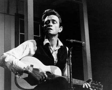 """1000 Inhaftierte sahen den Man In Black, der gleich mit dem """"Folsom Prison Blues"""" begann -und erkannten ihn als ihresgleichen, einen mit sich selbst und der Welt hadernden Mann, der nie aufgab. Die unsterblichen Zeilen """"I shot a man in Reno/ Just to watch him die"""" wurden wohl selten so gut verstanden."""