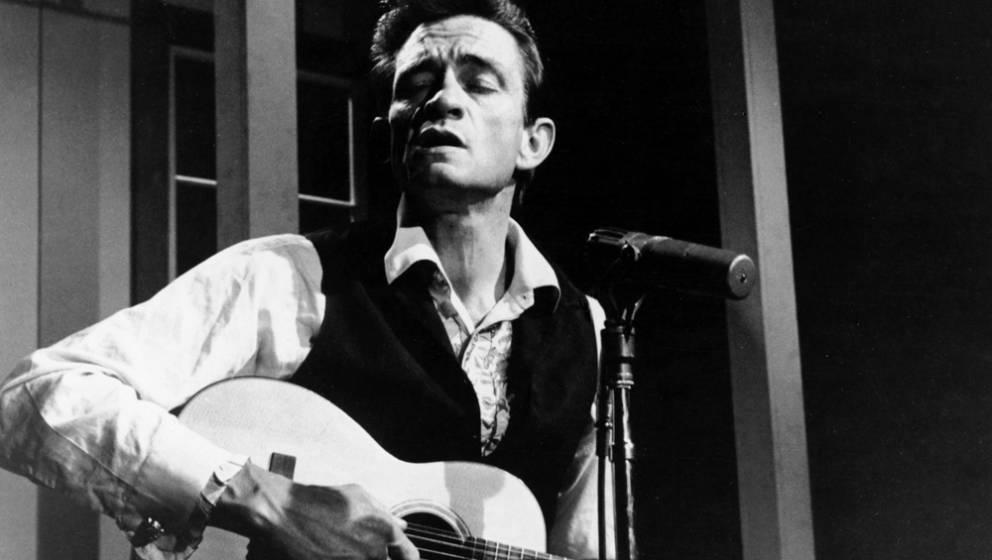 1000 Inhaftierte sahen den Man In Black, der gleich mit dem 'Folsom Prison Blues' begann -und erkannten ihn als ihresgleichen, einen mit sich selbst und der Welt hadernden Mann, der nie aufgab. Die unsterblichen Zeilen 'I shot a man in Reno/ Just to watch him die' wurden wohl selten so gut verstanden.