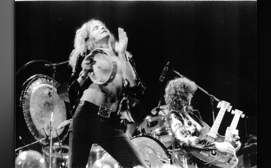 (NO SUB AGENCIES IN UK, FRANCE, GERMANY, HOLLAND, SWEDEN, FINLAND, JAPAN.)    Led Zeppelin 1975 Earls Court Robert Plant and