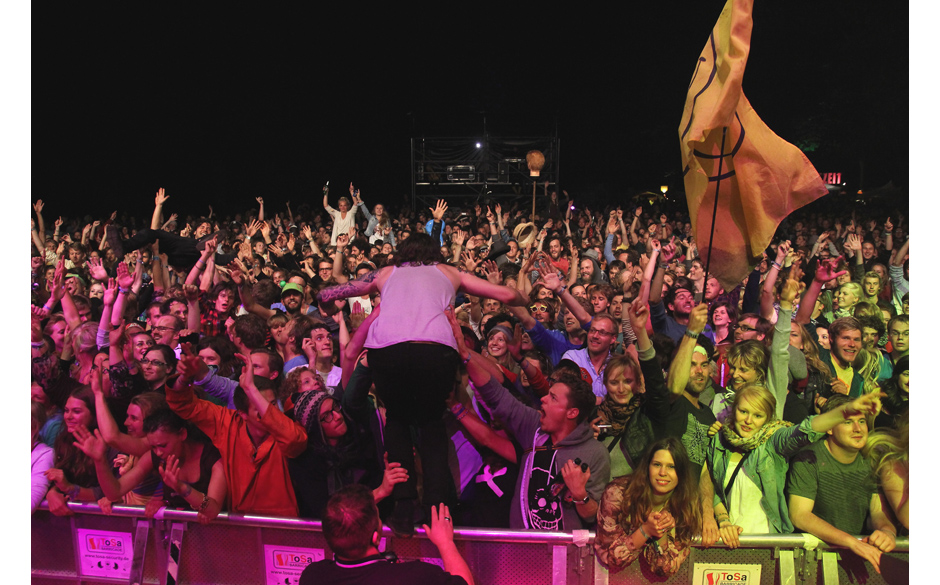 Der Abschluss des Festivals: Apparat und Dry The River kommen mit auf die Bühne zu Crystal Fighters und springen von dort au
