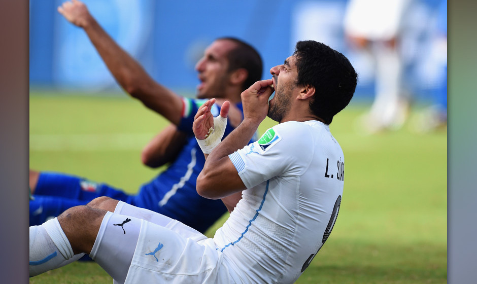 NATAL, BRAZIL - JUNE 24:  Luis Suarez of Uruguay and Giorgio Chiellini of Italy react after a clash during the 2014 FIFA Worl
