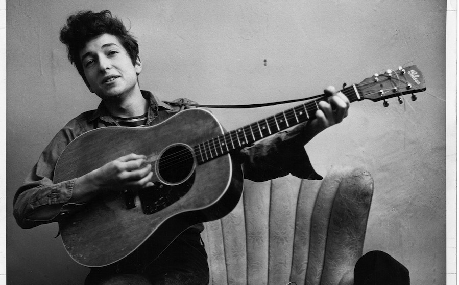 NEW YORK - SEPTEMBER 1961: Bob Dylan poses for a portraitwith his Gibson Acoustic guitar in September 1961 in New York City,
