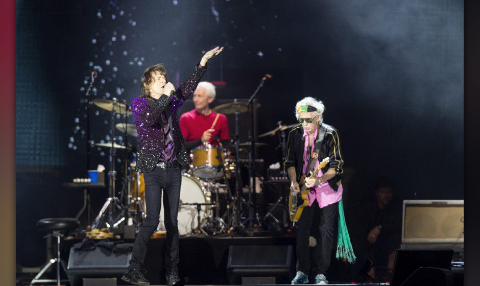 epa04297654 Frontman Mick Jagger (L) and guitarist Keith Richards (R) of British rock band The Rolling Stones perform on the