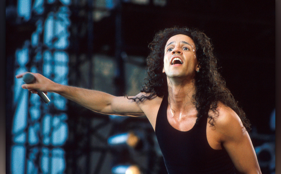 Gary Cherone of Extreme performs on stage, Wembley Stadium, London, 1992. (Photo by Michael Putland/Getty Images)