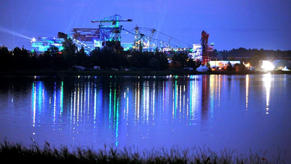 Die alten Tagebau-Bagger auf dem Gelände des Hip-Hop Festival 'Splash' werden am Abend des 10.07.2014 in Gräfenhainichen (S