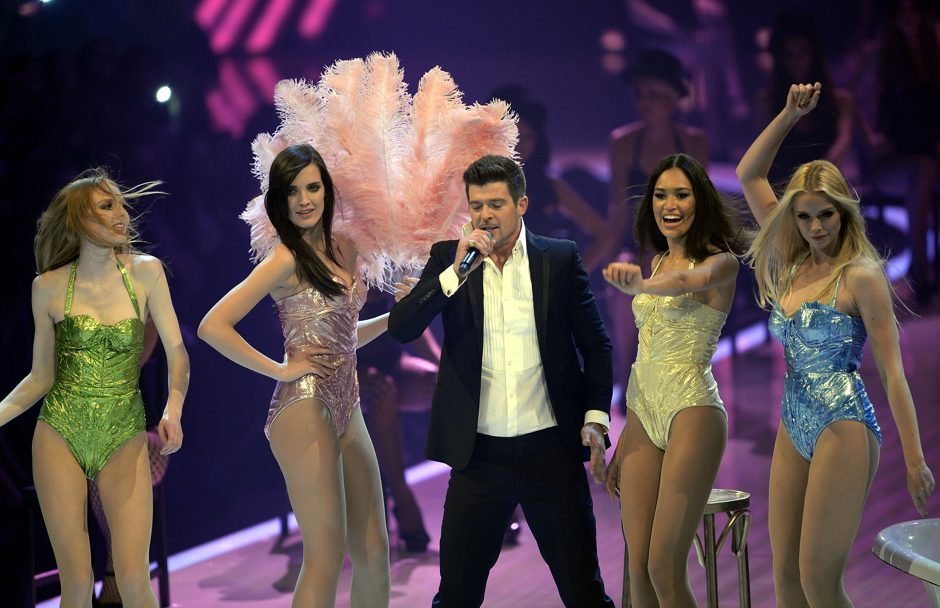 MANNHEIM, GERMANY - MAY 30:  Singer Robin Thicke and the four finalist Sabrina Elsner (R), Luise Will (2ndL), Lovelyn Enebech