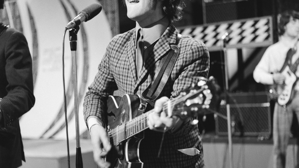 LONDON - JUNE 24:  Singer and guitarist Ray Davies of the rock group 'The Kinks' performs on the 'Ready, Steady, Go' Televisi