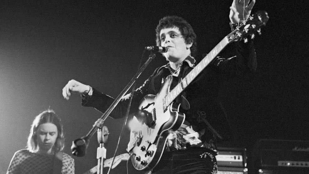 """""""er fand sich aber irgendwann damit ab, dass ihm die Leute nicht folgen konnten."""" Mit seiner Noise-Orgie """"Metal Machine Music """" trieb Reed das Feedback-Level auf ein Niveau, von dem selbst Hendrix nur träumen konnte. Geboren 1942 Gitarre Gretsch Country Gentleman (1964), Moog Guitars"""
