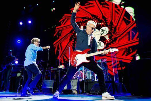 10. Pete Townshend. Text von Andy Summers: Pete spielt nicht gerade viele Soli – viele Leute wissen deshalb gar nicht, wie gut er als Gitarrist ist. Seine Bedeutung für die Rockmusik kann gar nicht hoch genug eingeschätzt werden. Seine Rhythmusgitarre ist mitreißend und aggressiv, in gewisser Weise spielt er wie ein Wilder. Beim Spielen hat er eine wundervoll flüssige Motorik, die seine Persönlichkeit perfekt widerspiegelt: Er ist nun mal ein Mensch, der unter Dampf steht. Pete ist so etwas wie der erste Punk, er war der erste, der auf der Bühne seine Gitarre zertrümmerte – was damals ein unerhörtes Statement war.