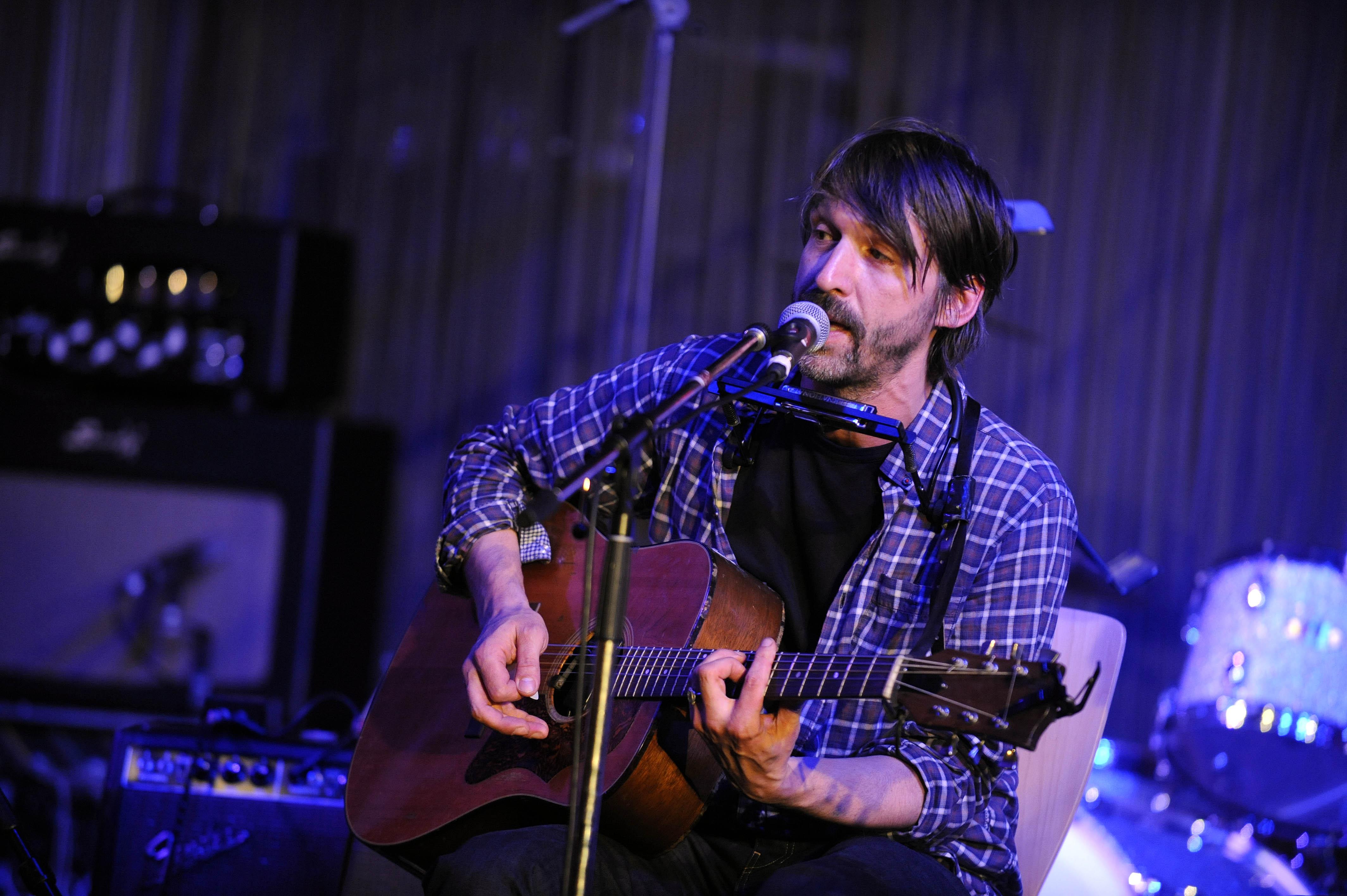 Nils Koppruch - der deutsche Musiker und Songwriter bei einem Konzert im Stage Club in Hamburg am 17.10.2010