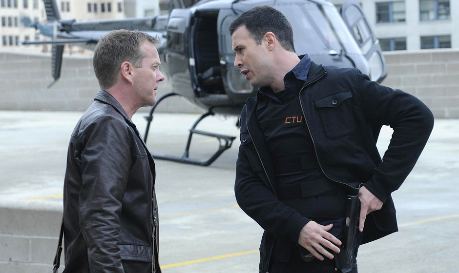 24:  Jack Bauer (Kiefer Sutherland, L) is briefed by CTU field agent Cole Ortiz (Freddie Prinze Jr, R) about the escalating t