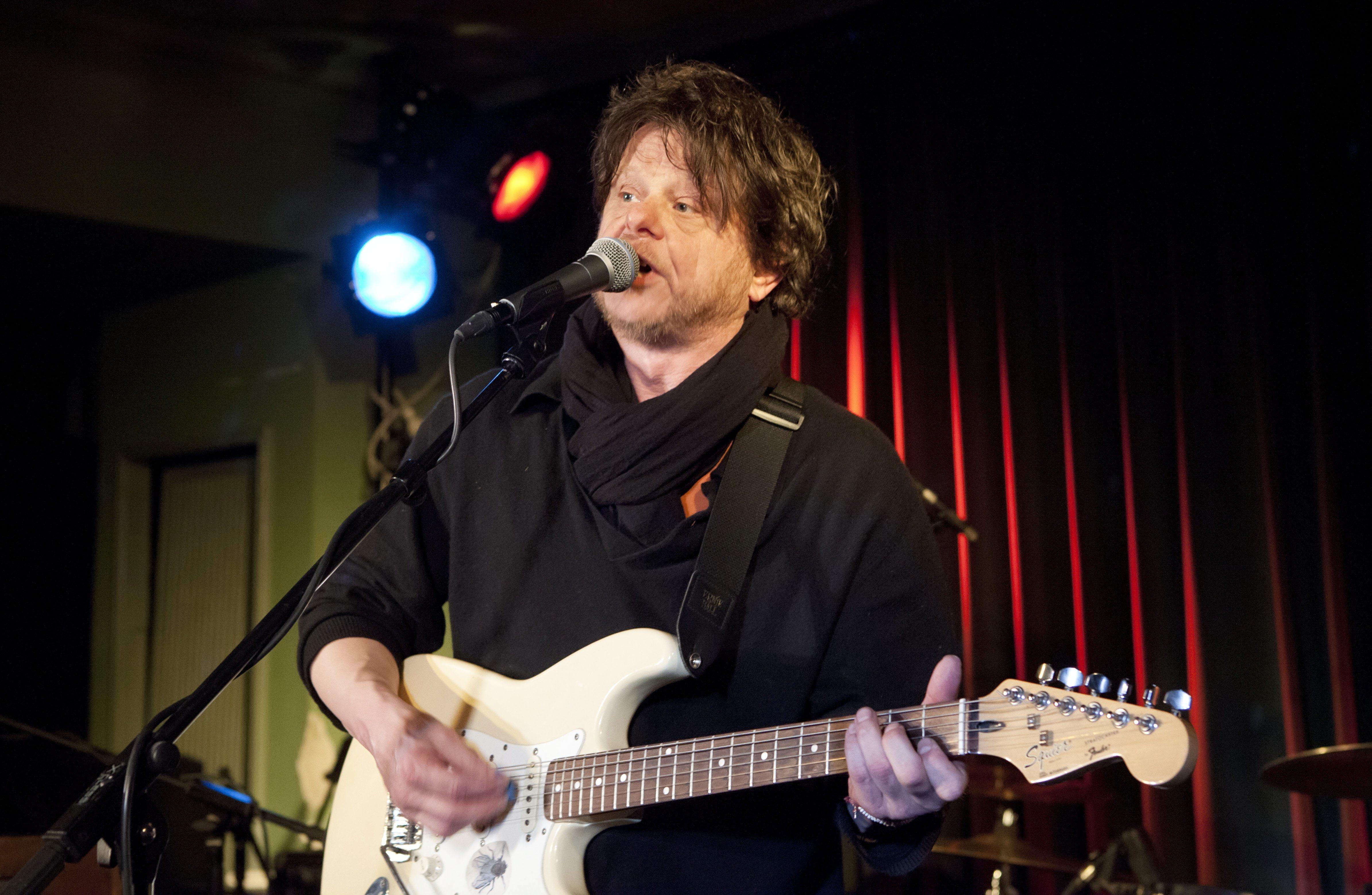 Saenger Tom Liwa mit seiner Band Flowerpornoes bei einem Konzert im Gruenen Salon der Volksbuehne in Berlin.
