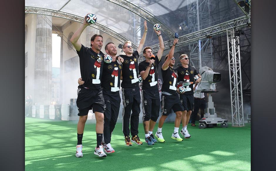BERLIN, GERMANY - JULY 15: (L-R) Torwart Roman Weidenfeller, Shkodran Mustafi, Andre Schuerrle, Miroslav Klose, Mario Goetze,