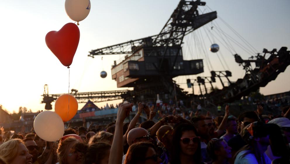 Festivalbesucher jubeln am 19.07.2014 in der 'Baggerstadt Ferropolis' bei dem 17. Melt! Festival in der Nähe von Gräfenhain