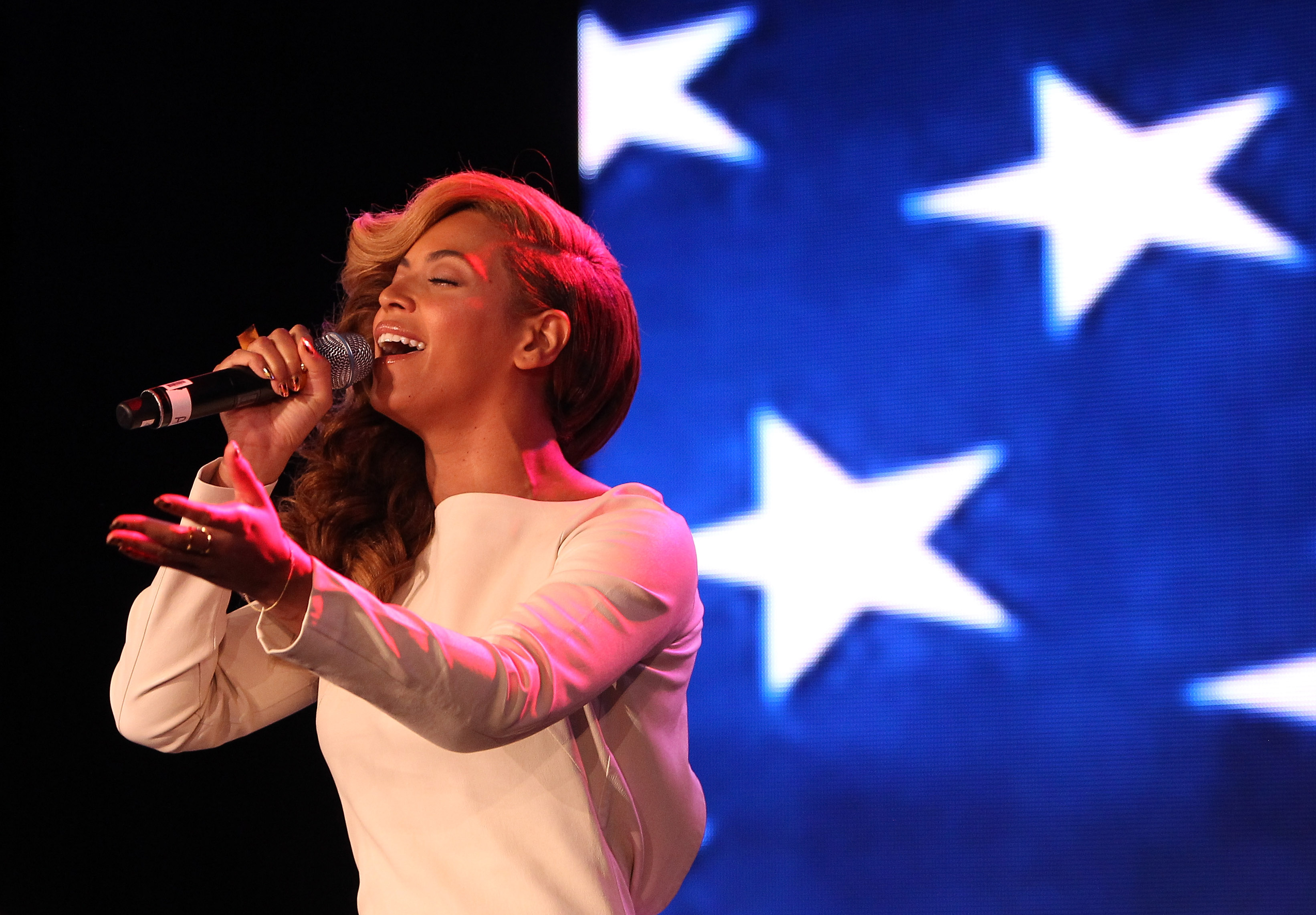 NEW ORLEANS, LA - JANUARY 31:  Singer Beyonce sings the national anthem before she addresses the media during the Pepsi Super