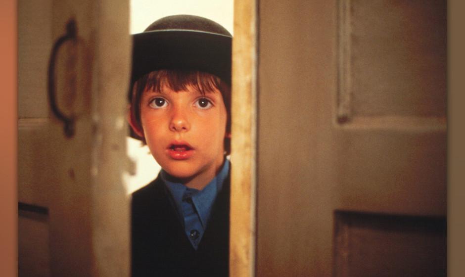 Der einzige Zeuge (Witness, USA 1985, Regie: Peter Weir) Lukas Haas / kleiner Amish-Junge, neugierig, durch T¸rspalt schauen