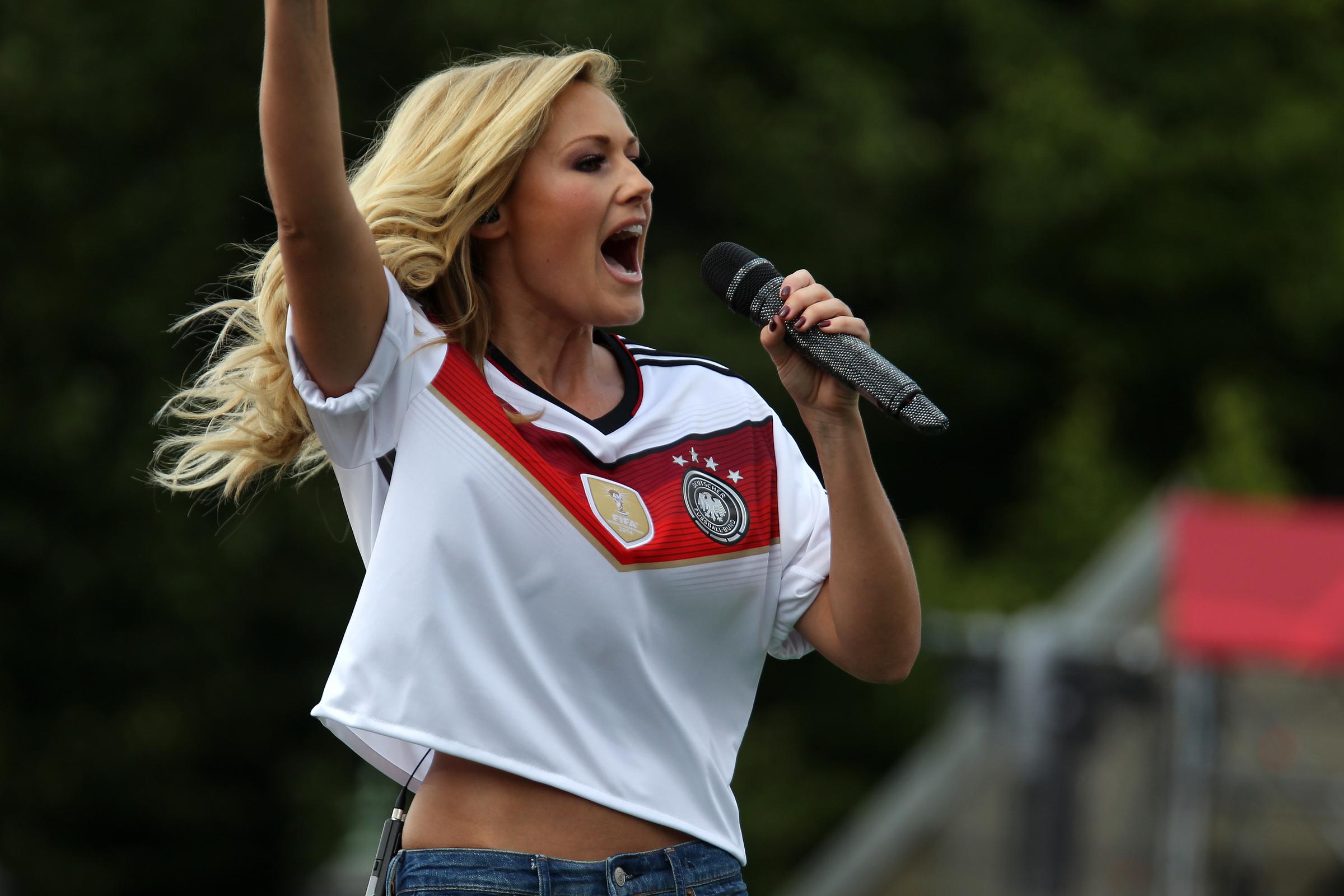 Helene Fischer singt mit der Mannschaft  Rückkehr der Deutschen Fussball Nationalmannschaft nach dem Titelgewinn Weltmeister