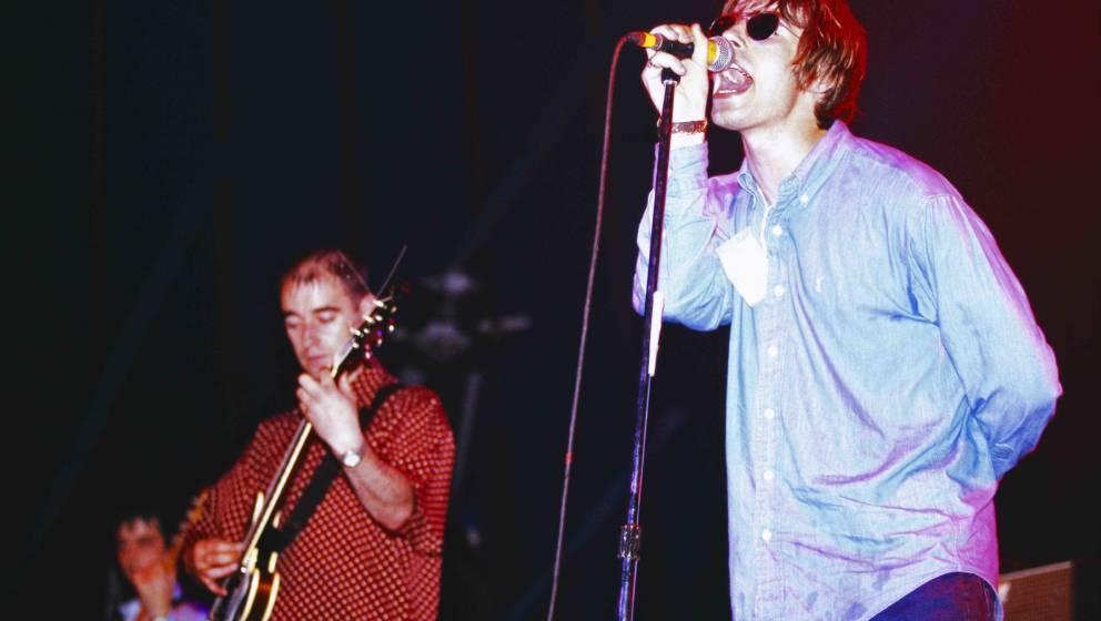 UNITED KINGDOM - JANUARY 01:  Photo of Paul Bonehead ARTHURS and Liam GALLAGHER and OASIS; Paul 'Bonehead' Arthurs (L) and Li