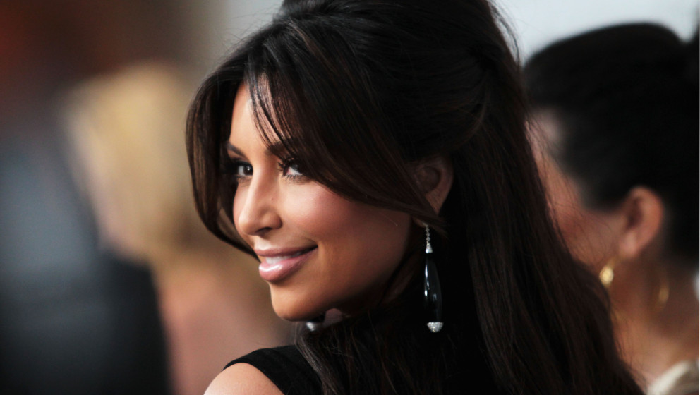 LOS ANGELES, CA - FEBRUARY 26:  TV personality Kim Kardashian arrives at the 20th Annual Elton John AIDS Foundation's Oscar V