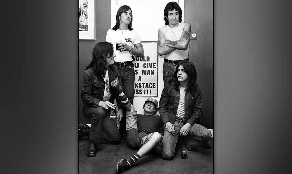 UNITED KINGDOM - JANUARY 01:  Photo of AC/DC; L-R: Mark Evans, Phil Rudd, Angus Young, Bon Scott, Malcolm Young - posed, grou