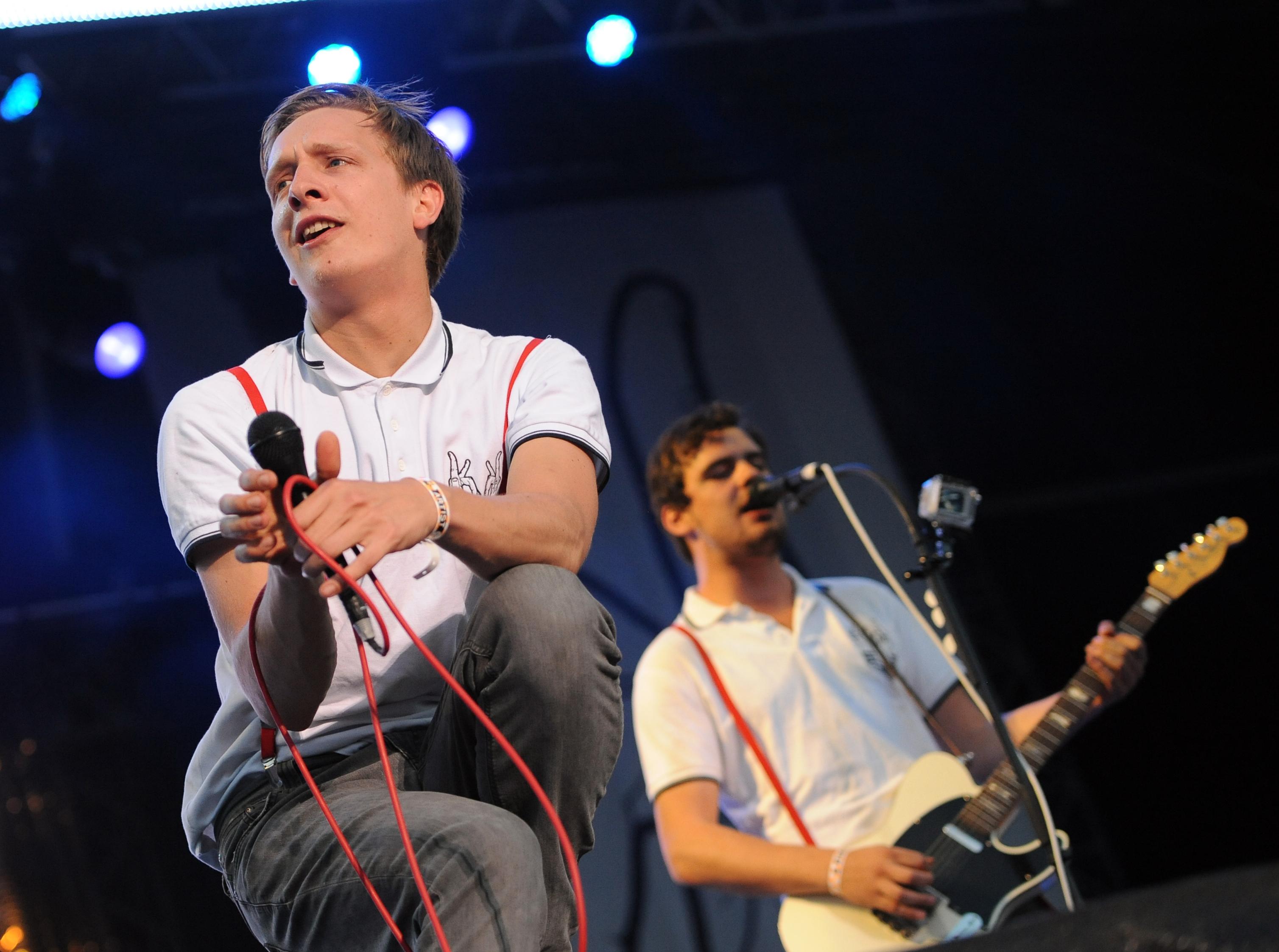 Der Sänger Felix Kummer der Band Kraftklub steht am Sonntag (27.05.2012) auf dem Sputnik Spring Break in Pouch im Landkreis