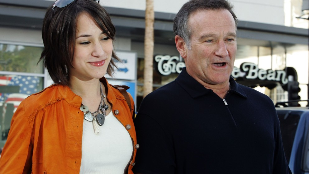 HOLLYWOOD - NOVEMBER 12:  Actor Robin Williams (R) and his daughter Zelda arrive to the Warner Bros. premiere of 'Happy Feet'