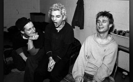 """Er dichtete unverdrossen über Masturbation aus Langeweile (""""Longview""""), Liebe aus Angst vor Einsamkeit (""""When I Come Around"""") und das allgemeine Gefühl, demnächst verrückt zu werden. Weil die Melodien so unwiderstehlich waren, kam er damit durch, und """"Basket Case"""" wurde ein Hit. Alle hatten plötzlich Zeit, dem """"melodramatic fool"""" beim Jammern zuzuhören. Lustiger wurde US-Punkrock nicht mehr, von The Offspring mal abgesehen."""
