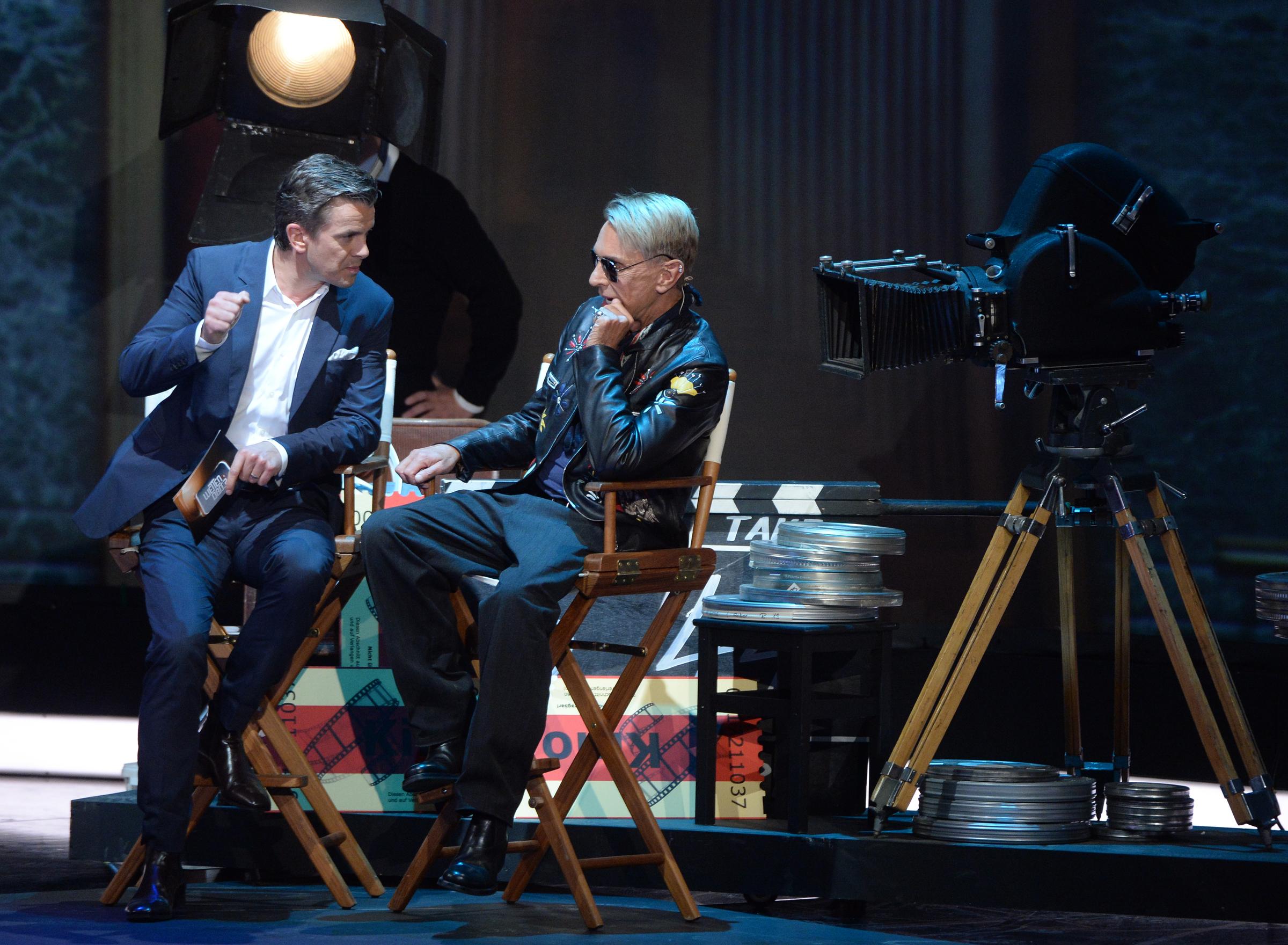 Moderator Markus Lanz (l) unterhält sich am 04.10.2014 mit dem Modedesigner Wolfgang Joop in der ZDF-Show 'Wetten, dass...?'