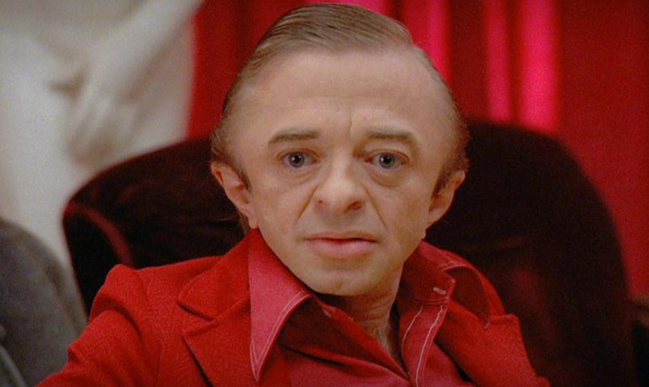 The Man From Another Place (Michael J. Anderson). Der rot gekleidete, rückwärts sprechende Zwerg ist eine Schlüsselfigur d