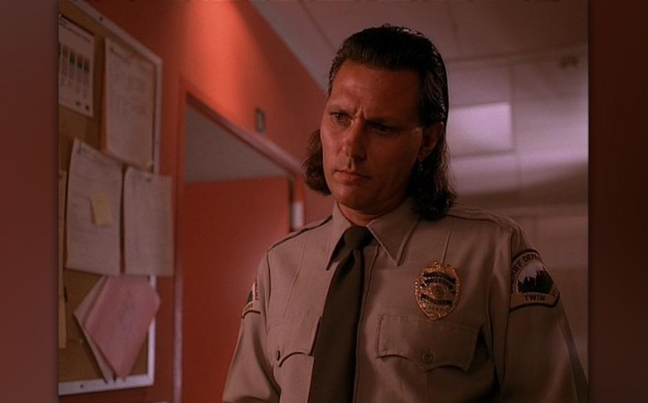 Deputy Tommy 'Hawk' Hill (Michael Horse). Unschwer zu erkennen als Native American mit eindrücklichem Gespür für das Böse