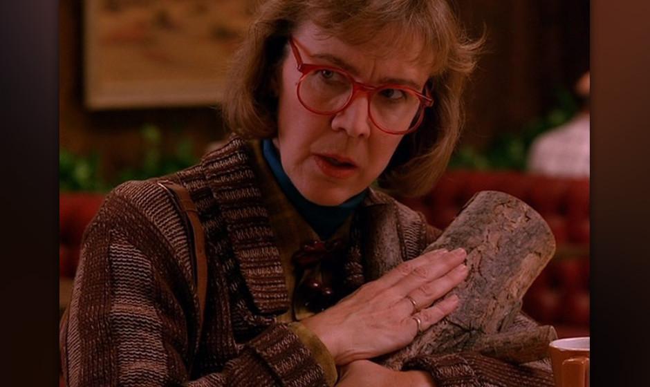 The Log-Lady (Catherine E. Coulson). Die Log-Lady wusste, dass die Eulen nicht das sind, was sie scheinen – und führte Coo